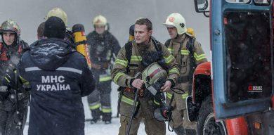 """Відомий фотограф влаштував зйомки рятувальників прямо під час гасіння спортклубу """"B-tone"""""""