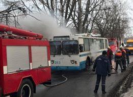 У Сумах кілька пожежних машин гасили тролейбус (відео)