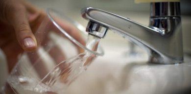 Суд визнав міську владу винною у тому, що з крану тече іржава вода