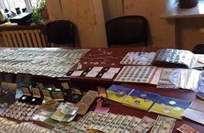 У кабінеті головного полісмена Шостки виявили валюту й золото, а вдома – зброю та прапор РФ