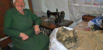 83-річна пенсіонерка шиє бурки морпіхам і танкістам в АТО