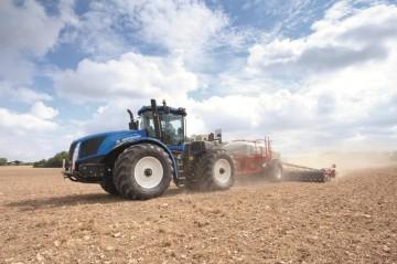 traktoristua-traktor-new-holland-na-poli-36287
