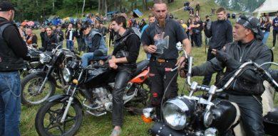 В сеть выложили фотоотчет с шумного фестиваля байкеров
