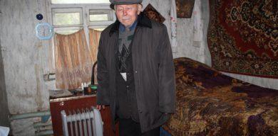 Старенький пенсіонер готується замерзати у заледенілій хаті
