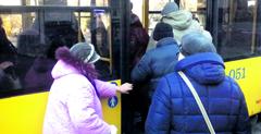 В Сумах пассажир, убегая от контроллера, выломал дверь троллейбуса