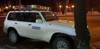 У Сумах автомобіль ОБСЄ порушує правила парковки