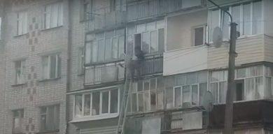 На Сумщині рятували людину, яка висіла за балконом