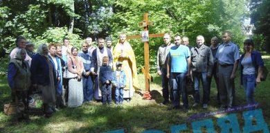 Приватні котеджі замість святин: Кому заважає хрест у парку
