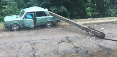 Електроопора впала на автівку. Є постраждалі (фото)