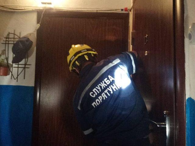 Франківські рятувальники звільнили із квартирного полону відразу трьох жінок
