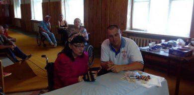 Переселенець відкрив на Сумщині безкоштовну майстерню з ремонту інвалідних візків