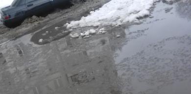 На вул. Прокоф'єва автівки тонуть у воді по лобове скло