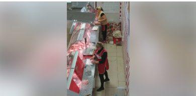 У сумському магазині торгують ковбасою з підлоги (відео)