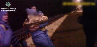 У Сумах 22-річна дівчина вночі хотіла стрибнути з мосту (відео)