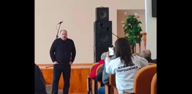 Нардеп Медуница пообщался с народом:  избирателям – коробку печенья, своей партии – сто миллионов