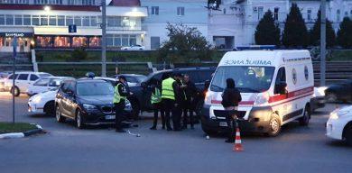Жахливий таран у центрі Сум:  водій джипа замість надання допомоги постраждалій жінці, скручує номер авто