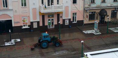 У Сумах комунальники прибирають невидимий сніг